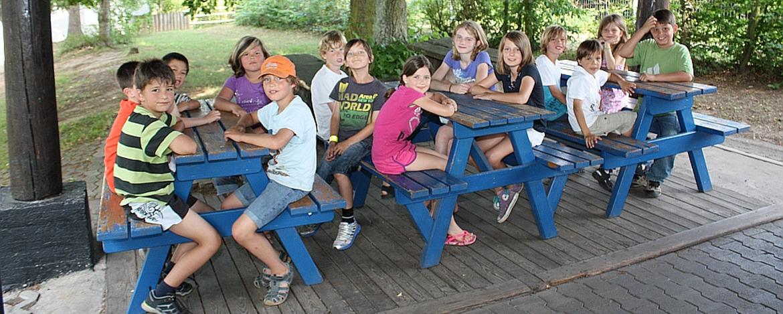 Kinder an der Grillstelle der Jugendherberge Bad Kreuznach