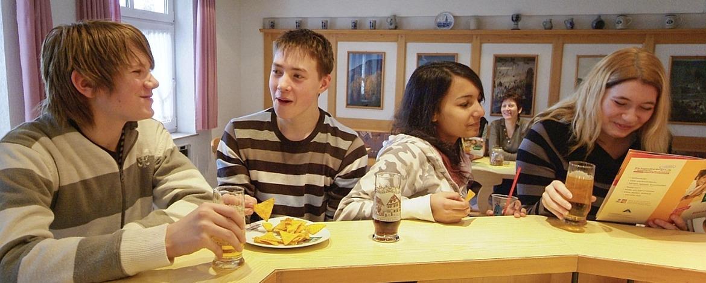 Schüler im Bistro der Jugendherberge Bad Kreuznach