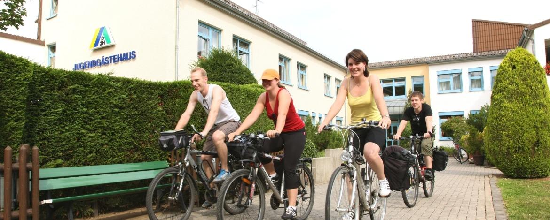 Radfahrer vor der Jugendherberge Bad Neuenahr-Ahrweiler