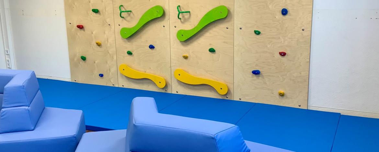 Tischtennis spielende Schüler im Außenbereich der Jugendherberge Bad Neuenahr-Ahrweiler