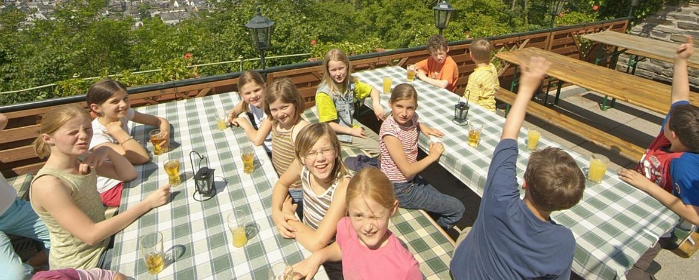 Schüler auf der Terrasse der Jugendherberge Bernkastel-Kues