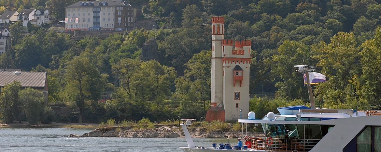 Blick vom Rhein auf Jugendherberge Bingen mit Mäuseturm