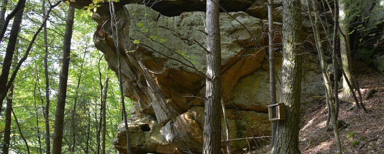 Wanderwege mit interessanten Felsformationen