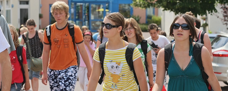 Schüler vor der Jugendherberge Cochem