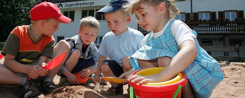 Kinder im Sandkasten der Jugendherberge Dahn