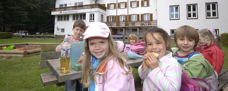 Kinder im Außenbereich der Jugendherberge Dahn