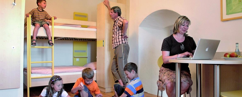 Familie im Zimmer der Jugendherberge Diez