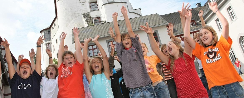 Schüler vor dem Grafenschloss Diez