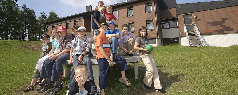 Schüler im Außenbereich der Jugendherberge Gerolstein