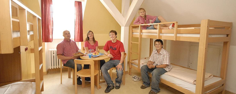 Familie im Zimmer der Jugendherberge Hermeskeil