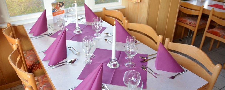 Festlich gedeckter Tisch in der Jugendherberge Hermeskeil