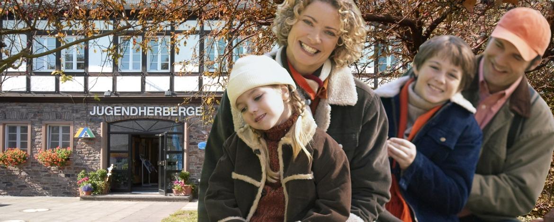 Familie vor der Jugendherberge Hermeskeil