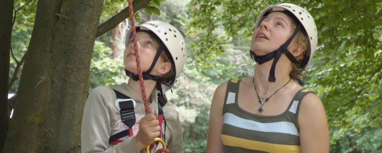 Schülerinnen mit Kletterausrüstung