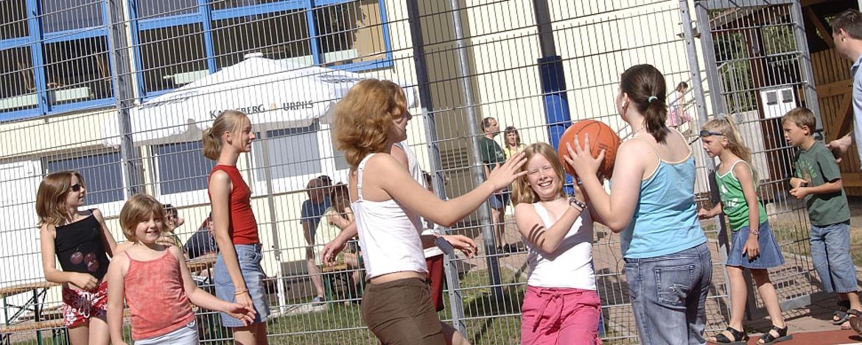 Schüler auf dem Spielfeld der Jugendherberge Homburg