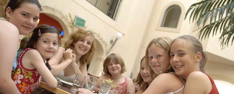 Mädchen im Bistro der Jugendherberge Homburg