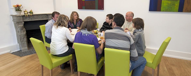 Familie im Speiseraum der Jugendherberge Kaub