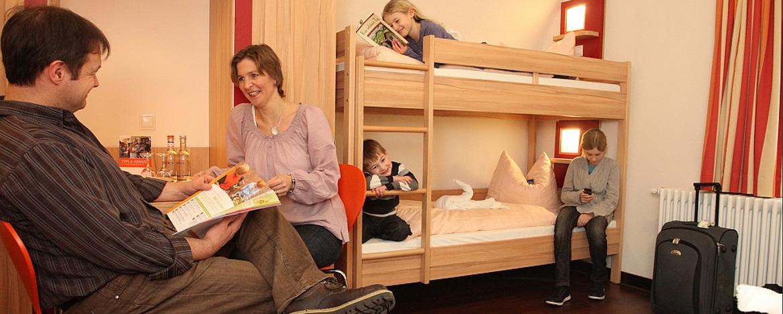 Familie im Zimmer der Jugendherberge Koblenz