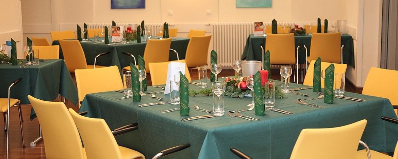 Festlich gedeckte Tische in der Jugendherberge Koblenz