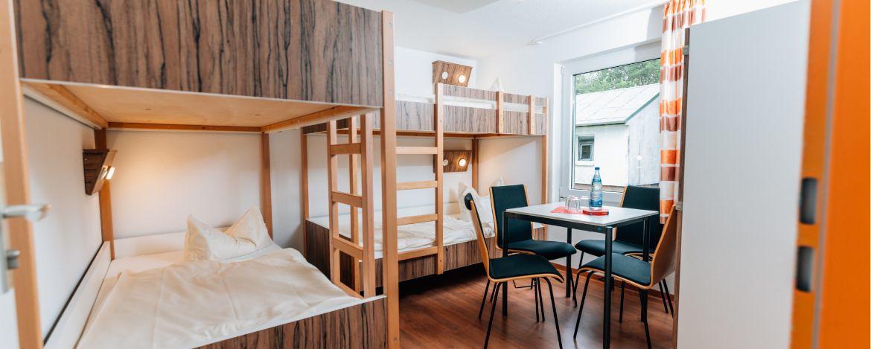 gemütlicher Gemeinschaftsbereich in der Natur und Bungalows