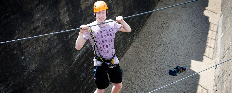 Familie klettert im Landschaftspark Duisburg Nord.