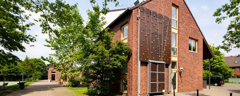 Kletterwand auf der Außenwand des Hautgebäudes und was weitläufige Außengelände der Jugendherberge Neuss-Uedesheim.