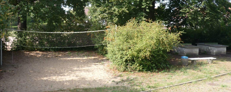 Volleyballplatz und Tischtennisplatten