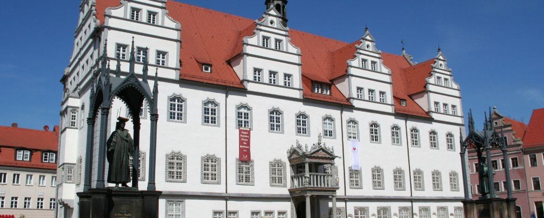 Rathaus und Lutherstatue in Wittenberg