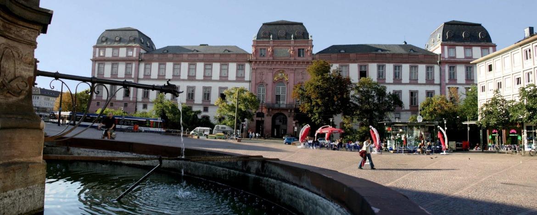 Darmstädter Schloss und Brunnen