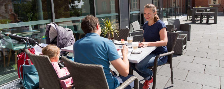 Familie auf der Terrasse der Jugendherberge Berlin Ostkreuz