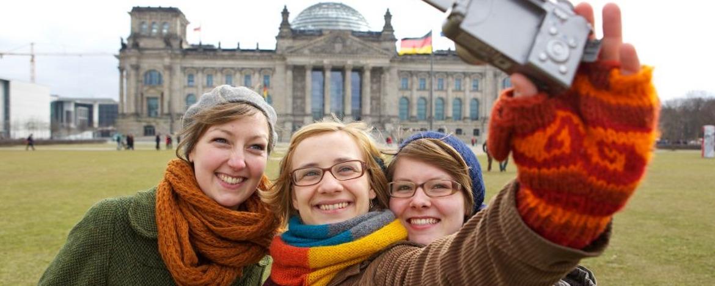 Jugendliche vor dem Reichstagsgebäude