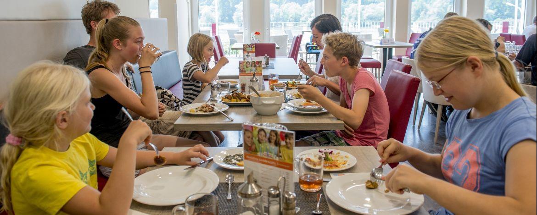 Familien im Speiseraum der Jugendherberge Leutesdorf