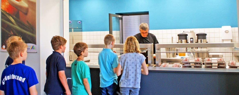 Kinder bei der Essensausgabe
