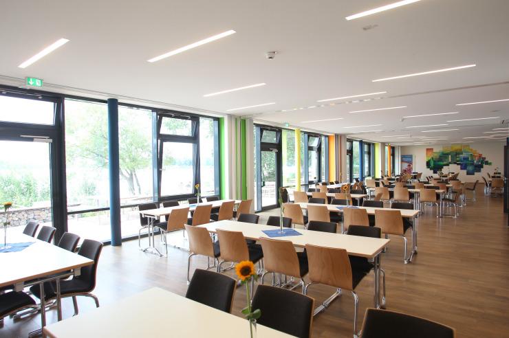 Großer Seminarraum mit Blick auf den See