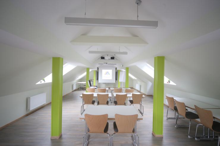 Heller Probenraum 9 mit Dachschräge