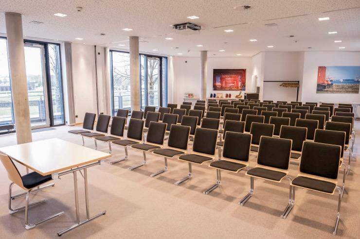Tagungsraum auf zwei Ebenen mit Bartresen und Dachterrasse