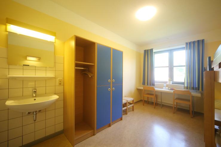 Familienzimmer mit Waschbecken in der Jugendherberge Tönning
