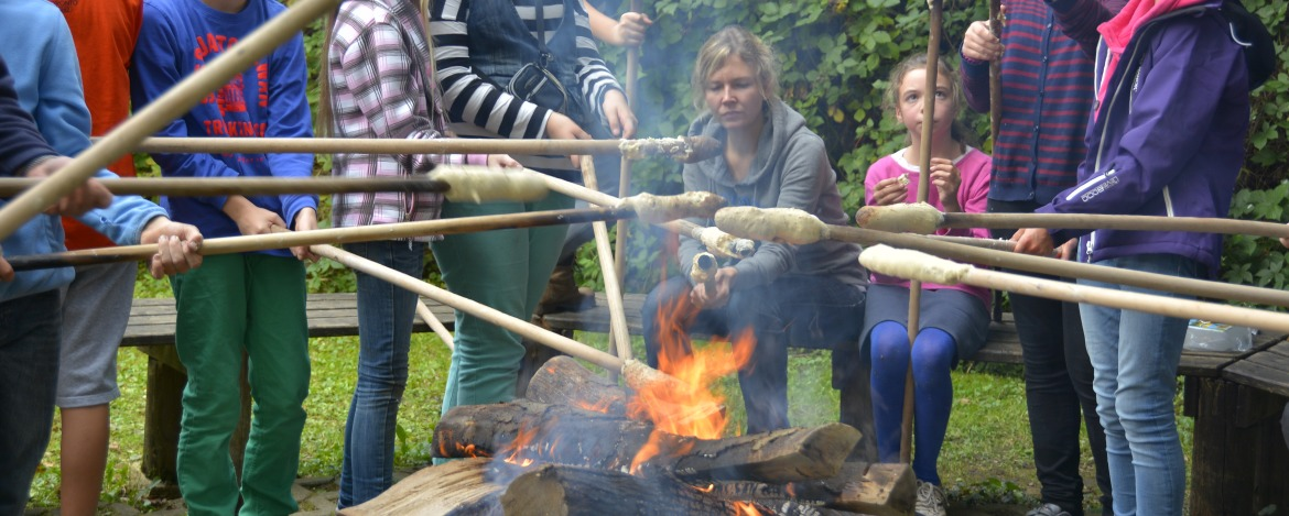 Stockbrot am knisternden Lagerfeuer