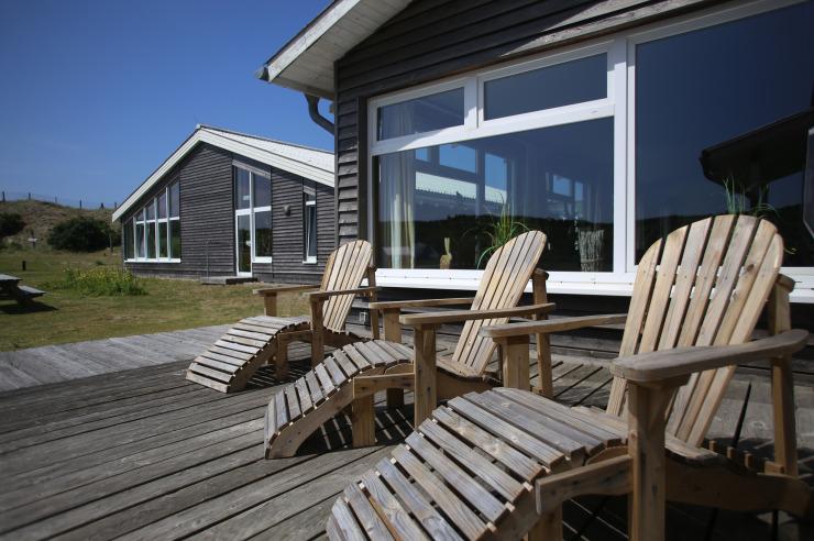 Gemütliches Winter-Sonnenbad auf den Stühlen der Jugendherberge Westerland