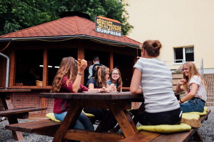 Grillhouse auf dem Innenhof der Jugendherberge Wernigerode