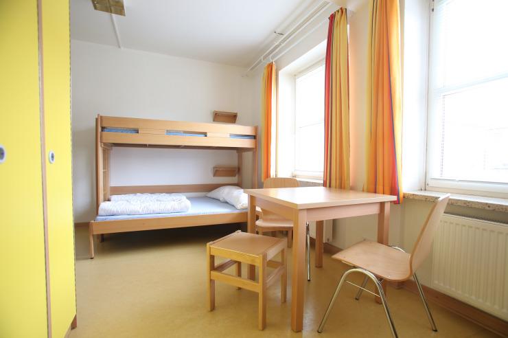 Zimmer mit breiterem Doppelbett unten
