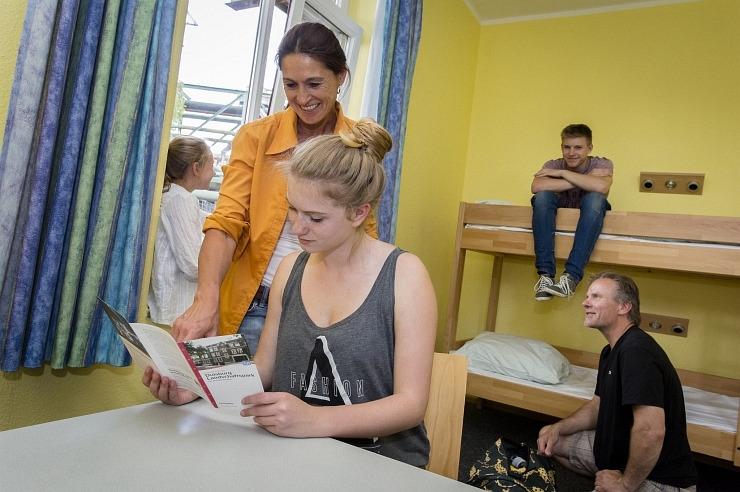Familie im Mehrbettzimmer der Jugendherberge Duisburg Landschaftspark.