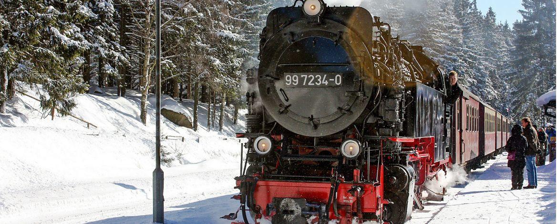 mit der Harzer Schmalspurbahn durch die Winterlandschaft fahren