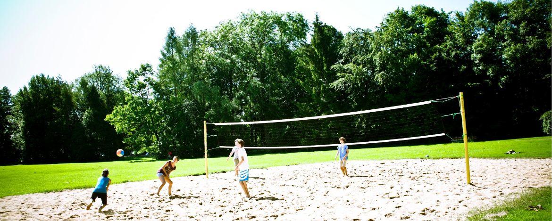 Klassenfahrt zur Jugendherberge mit Volleyballplatz
