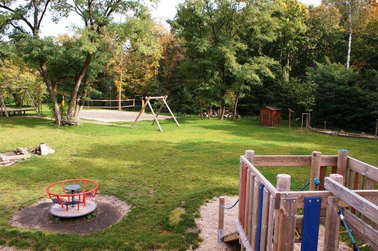 Spielplatz und Volleyballfeld