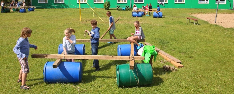 Flossbau beim Erlebnispädagogik-Programm der Klassenfahrt
