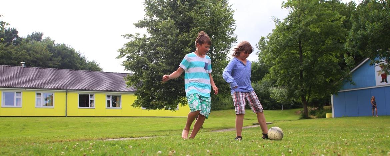Fussballspielende Kinder in der Jugendherberge Borgwedel