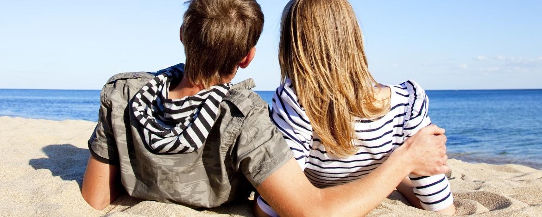 Paar am Strand bei der Jugendherberge Hörnum auf Sylt