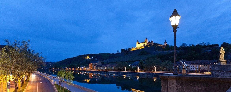 Würzburg bei Nacht, Blick auf Main und Festung Marienberg