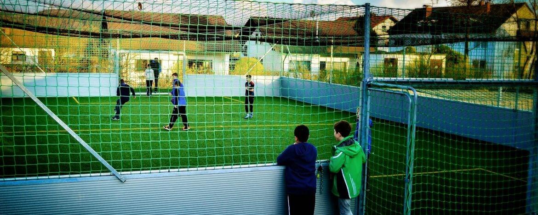 Klassenfahrt nach Bayern in Gruppenunterkunft mit Fußballplatz