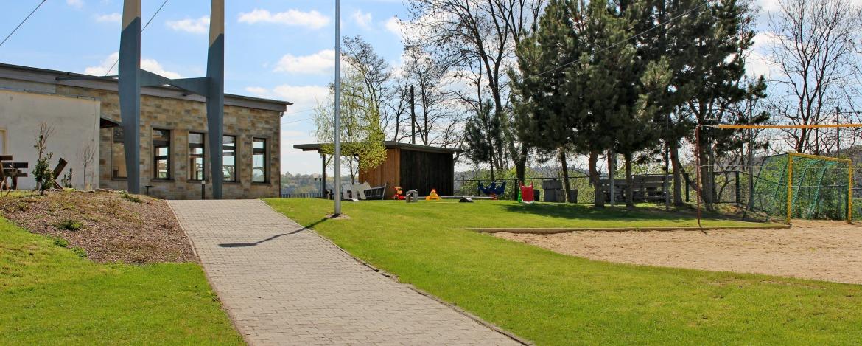 Außengelände mit Spiel- und Sportplatz